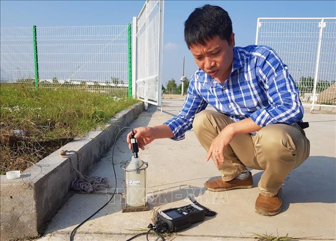 Cán bộ Công ty CP Cấp nước Hải Phòng kiểm tra chất lượng nguồn nước