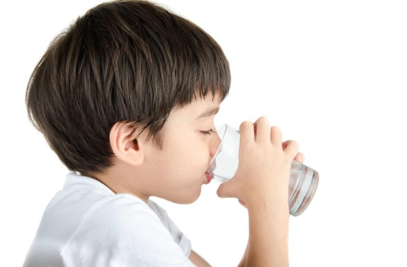 trẻ em cần uống bao nhiêu nước.png