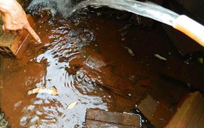 Lắp đặt hệ thống nước công nghiệp để xử lý nước giếng khoan.
